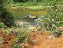 Xe tải lật từ độ cao 17m xuống sông, tài xế suýt mất mạng
