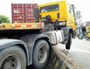 Cố tránh tai nạn kinh hoàng, container leo dải phân cách