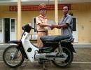 Bác nông dân vui mừng nhận lại xe máy bị mất... 10 năm trước