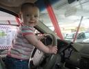 Bé 5 tuổi lái ô tô chở em 2 tuổi đi thăm bà