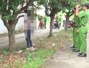 Cô gái trẻ treo cổ ở hàng cây bên đường
