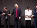 Tổng thống Trump lúng túng trước nghi thức bắt tay kiểu ASEAN