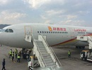 Trung Quốc: Ném đồng xu vào động cơ máy bay cầu may