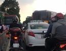 Tài xế taxi dán khẩu hiệu phản đối Uber, Grab: Bộ Công Thương đang xem xét xử lý