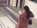 Sốc khoảnh khắc cô gái suýt mất mạng vì vừa đi vừa dùng điện thoại