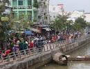 Hàng trăm người hiếu kì đi xem xác chết trôi sông