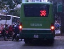 Xe buýt cũng... leo vỉa hè!
