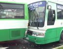 Tránh biển quảng cáo rơi trên đường, 2 xe buýt tông nhau