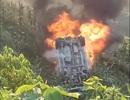 Ô tô lao xuống vực bốc cháy dữ dội, tài xế thoát chết may mắn