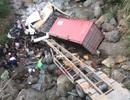 Xe tải và xe container lao xuống suối ở Lai Châu, 4 người bị thương