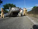 """""""Xế hộp"""" lật chỏng vó giữa đường sau va chạm với xe đầu kéo"""