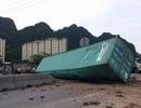 Xe container lật ngang đường, tài xế nguy kịch