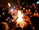 Hà Nội: Dân làng chạy thục mạng rước lửa may mắn về nhà