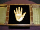 Tượng bàn tay vàng của ông Mandela có giá 13 triệu USD