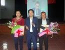 Hai cầu thủ quê lúa được Chủ tịch huyện tặng Giấy khen