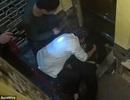 Nhân viên phục vụ thiệt mạng vì kẹt nửa người vào thang máy chở đồ ăn