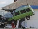 """Kinh hoàng mặt đất """"hóa lỏng"""" nuốt chửng nhà cửa trong động đất ở Indonesia"""