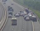 """Ô tô """"diễn xiếc"""" trên đường cao tốc, CSGT khó """"tuýt còi""""!"""