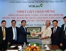 Vietcombank Lào vinh dự đón ông Trần Quốc Vượng tới thăm và làm việc