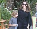 Angelina Jolie tươi tắn ra phố cùng con gái