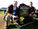 Con trai khắc mã QR lên bia mộ cha để kể về lịch sử hào hùng của ông