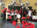 Học sinh Hải Phòng tặng dép tổ ong làm quà 20/10 cho các bạn nữ