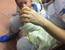 Bé trai 2 tháng tuổi bị bỏ bên đường trong đêm