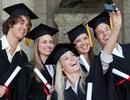 Lễ tốt nghiệp ĐH Oxford bị trì hoãn do nữ sinh... đi giày cao gót, không đi tất