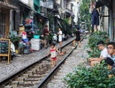 """Cận cảnh xóm đường tàu ở Hà Nội gây """"sốt"""" trên báo Tây"""