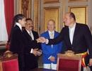 Trương Thị May tặng chuỗi trầm hương cho thị trưởng Brussels