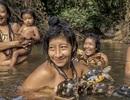 """Ảnh """"nóng"""" về bộ lạc đặc biệt nhất thế giới trong rừng Amazon"""