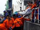 2 ngày sau thảm kịch máy bay rơi: Indonesia vớt được 34 túi thi thể