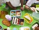 """Giáo viên Anh """"âm thầm"""" mang thêm thức ăn hỗ trợ học sinh bị đói"""
