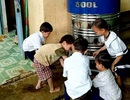 """Học sinh một số điểm trường vùng cao đã hết """"khát"""" nước sạch"""