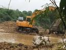 """Bắc Giang: Tại sao cát tặc có thể mang máy xúc """"moi ruột"""" lòng suối giữa ban ngày?"""