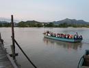 Cầu bị tháo dỡ do mưa lũ, hàng chục học sinh đi học bằng đò