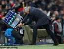 Ăn mừng quá khích, Mourinho đập chai nước vỡ tung tóe