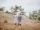 """Bộ ảnh hai cụ bà U80 nắm tay nhau đi du lịch Đà Lạt gây """"sốt"""" cộng đồng"""