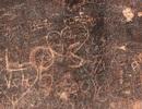 Nhiều di tích ở Hà Nội bị khắc bậy, vẽ bẩn