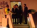 """Tổng thống Pháp """"bơ vơ"""" ở sân bay Argentina"""