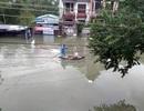 """Nước bủa vây, dân hì hục đẩy ô tô trên """"sông"""", chèo thuyền giữa phố"""
