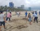 Đà Nẵng ra quân dọn rác ở bãi biển sau trận mưa lịch sử