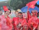 Cổ động viên Việt Nam đội mưa đến sân Bukit Jalil cổ vũ đội nhà