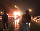 Hà Nội: Xe khách giường nằm bốc cháy trên cầu Thanh Trì