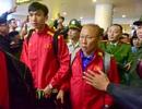 Biển người đổ ra sân bay đón đội tuyển Việt Nam trở về