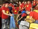 CĐV Việt Nam nhặt sạch rác trên khán đài sau trận chung kết tại Malaysia