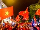 """Hàng nghìn cổ động viên Việt Nam đi """"bão"""" sau chiến thắng trước Philippines"""