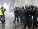 Video cảnh sát Pháp làm hòa với người biểu tình gây sốt