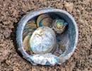 Đào được bình đựng đầy tiền vàng siêu hiếm 1.000 năm tuổi