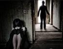 Bé gái 11 tuổi bị hàng xóm dùng hung khí đe dọa hiếp dâm nhiều lần